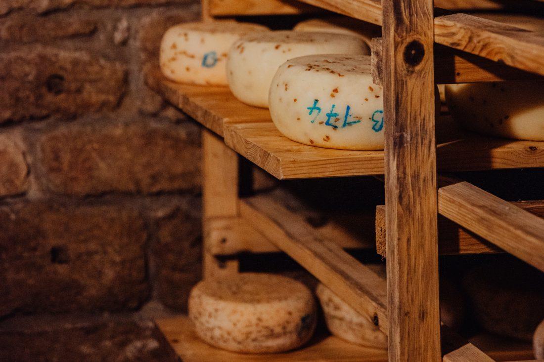 Der junge Käse für den Hofladen Käseschuppe muss in der Hofkäserei Linda mehrere Wochen im Keller reifen.